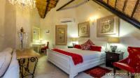 L) Executive Suite (Honeymoon Suite)
