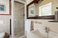Queen Bed Room with en-suite shower