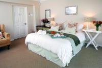 Queen bed en suite sea facing