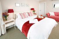Queen bed en suite sea view
