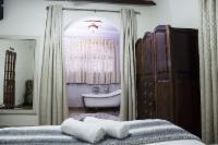 Deluxe Queen Room Victorian Bath - Rose
