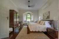 King Room (en-suite bath & shower) 1